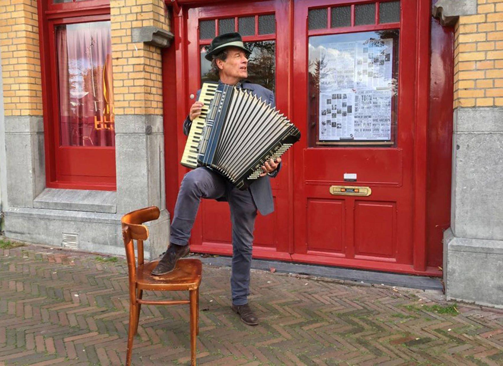 David Vos speelt accordeon voor De Roode Bioscoop in Amsterdam